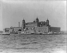220px-Ellis_Island_in_1905.jpg